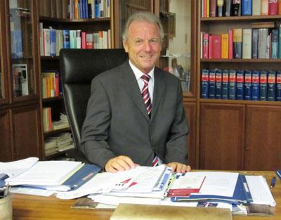 Rechtsanwalt Dr. Geisler an seinem Schreibtisch